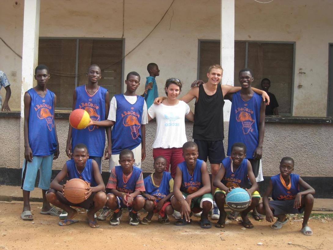 ガーナでバスケットボールと通して交流するボランティアと地元の青少年